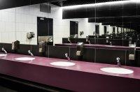 Krany w toalecie publicznej